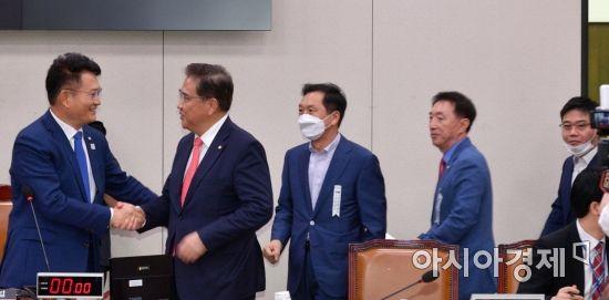 [포토] 외통위 전체회의 출석하는 통합당 의원들