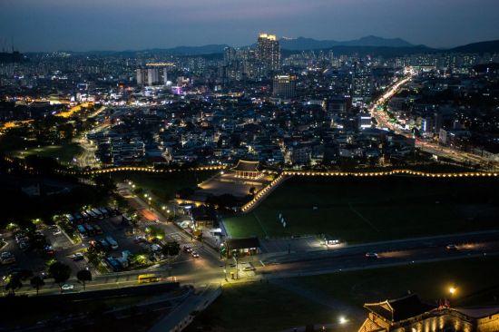 [조용준의 여행만리]한여름 밤, 빛나는 궁, 설레는 맘