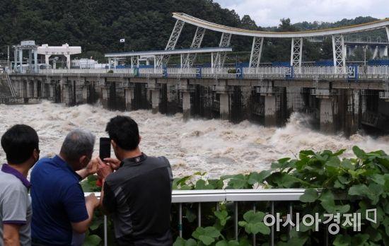 [포토] 초당 1만8천톤 쏟아내는 팔당댐