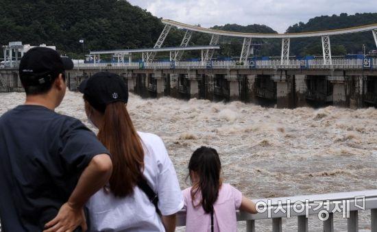 [포토] 팔당댐 방류 바라보는 가족