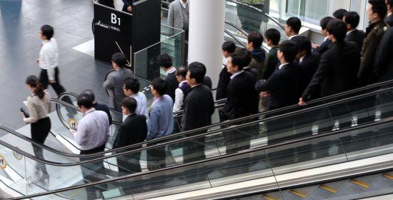 극단적 절약 → 조기은퇴 '파이어족' 확산, 경제 회복 위협한다?
