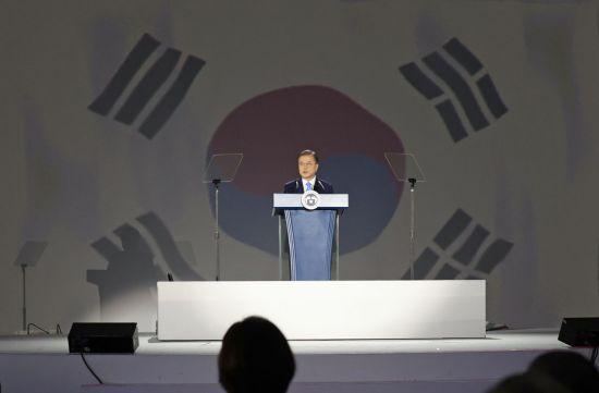 """文대통령 """"일본과 협의의 문 활짝…'인권존중' 공동 노력""""(종합)"""