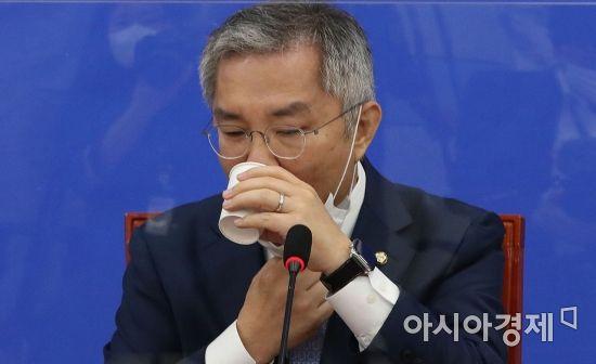 [포토] 물 마시는 최강욱 대표