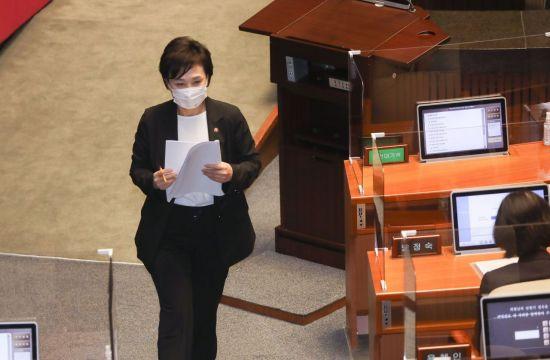 """김현미 """"맞벌이 신혼부부 소득요건 완화 검토"""""""