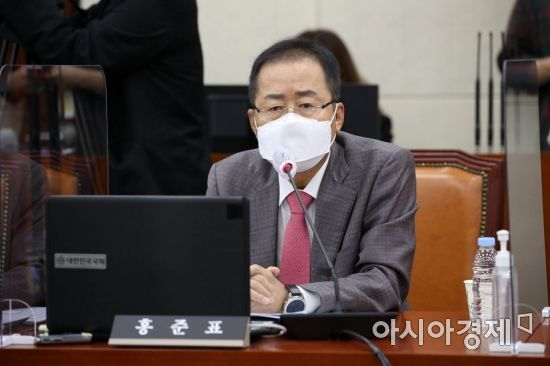 """김웅, '일찍 핀 꽃 일찍 시든다'는 홍준표에…""""먼지 쌓이는 조화로 사시라"""" 반격"""