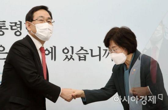 [포토] 인사 나누는 주호영 원내대표·정영애 장관