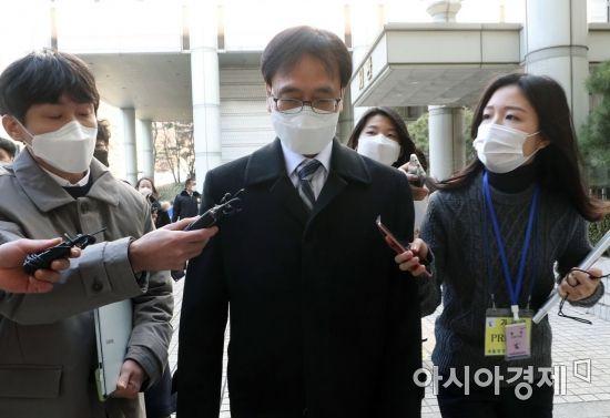 [포토] 법정 나서는 정진웅 검사