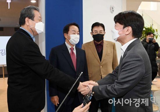 [포토] 인사 나누는 안철수·김무성