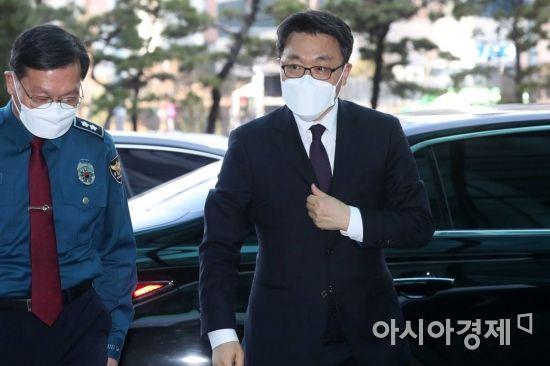 [포토]경찰청 들어서는 김진욱 공수처장