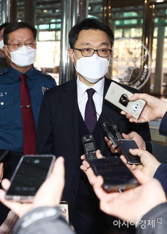 [포토]취재진 질문에 답하는 김진욱 공수처장