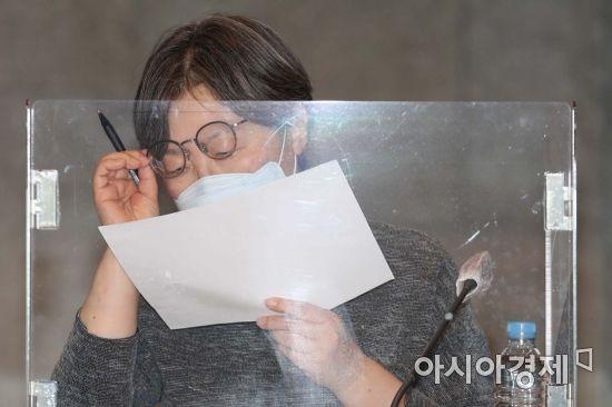 [포토]자료 살피는 박혜경 중앙방역대책본부 방역지원단장