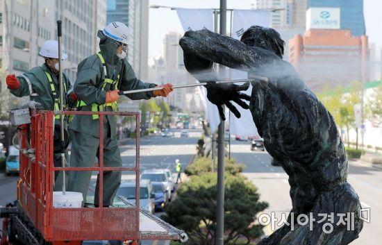[포토]송파구, 봄맞이 조형물 세척