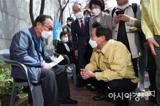 [포토]오세훈 시장, 백신 접종 기다리는 어르신과 대화