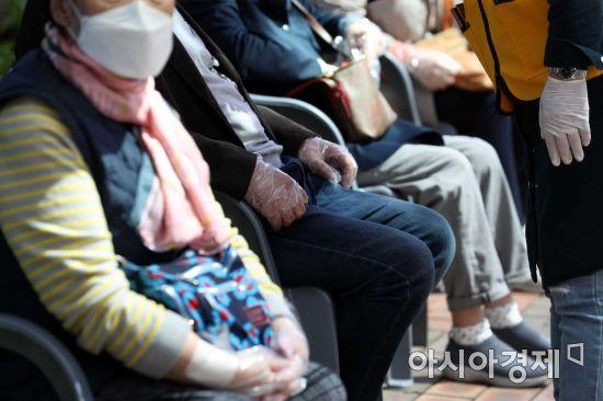 [포토]화이자 백신 접종 기다리는 어르신들