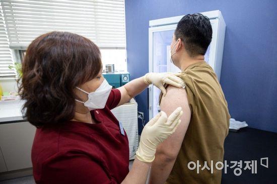"""얀센 백신 맞아보니... """"접종 13시간 후 고열과 오한"""" """"뻐근할 뿐 이상 없어"""""""