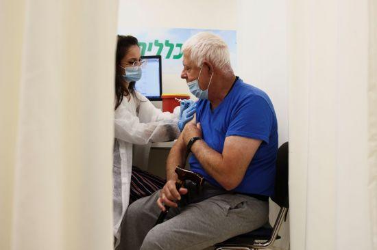 英, 내달부터 50대 이상·면역취약자에게 부스터샷 접종