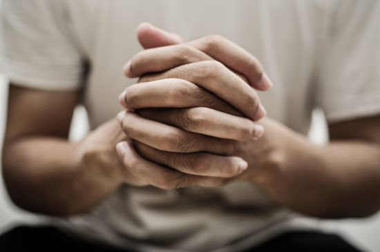 기도하다 순교?... '10년 간병' 남편 죽음의 미스터리 [서초동 법썰]