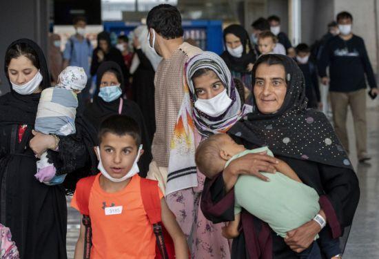 """""""2000명 여성 임신…"""" 독일 공군기지에 있는 아프간 女난민들 '열악한 현실'"""