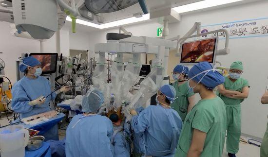 서울대병원, 세계 최초 '흉터 적은' 복강경 간 이식 성공